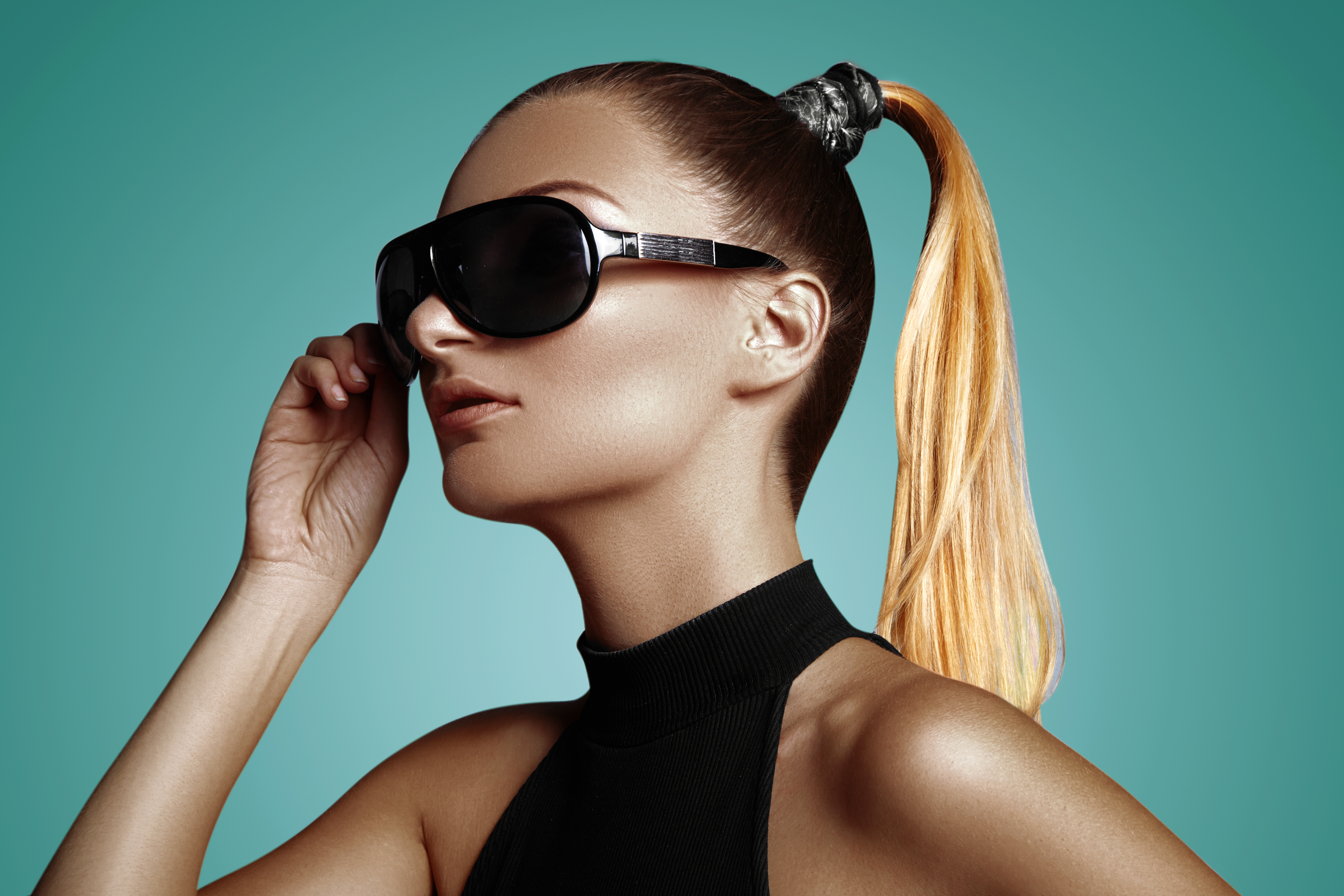 Beautiful young woman with black fashion sunglasses and